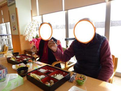 有料老人ホームあんしん村の新年会2021は、松花堂弁当でお刺身・天ぷら・果物、レクは○○、おやつはぜんざいまで!盛りだくさん!